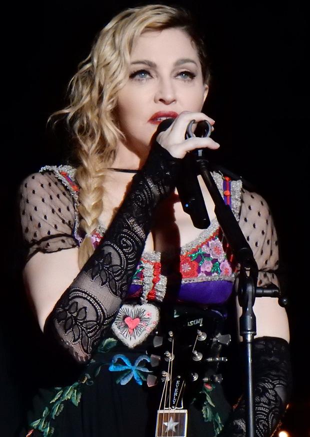 Showbiz thế giới đón nhận tin nóng: Madonna xác nhận nhiễm COVID-19, hé lộ lịch trình cụ thể, đóng góp 25 tỷ chống dịch - Ảnh 1.