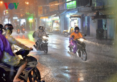 Hà Nội đón cơn mưa vàng giải nhiệt sau những ngày nắng nóng gay gắt - Ảnh 1.