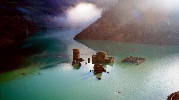 Sự thật về ngôi làng ma gần 1.000 năm tuổi chìm nghỉm dưới nước rồi lại bất ngờ nổi lên sau nhiều năm, tàn tích gần như còn nguyên vẹn gây ngỡ ngàng - Ảnh 1.