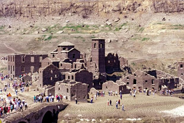 Sự thật về ngôi làng ma gần 1.000 năm tuổi chìm nghỉm dưới nước rồi lại bất ngờ nổi lên sau nhiều năm, tàn tích gần như còn nguyên vẹn gây ngỡ ngàng - Ảnh 2.
