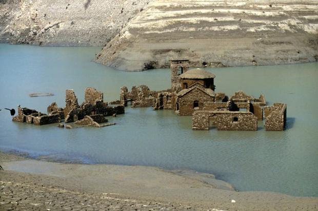 Sự thật về ngôi làng ma gần 1.000 năm tuổi chìm nghỉm dưới nước rồi lại bất ngờ nổi lên sau nhiều năm, tàn tích gần như còn nguyên vẹn gây ngỡ ngàng - Ảnh 3.