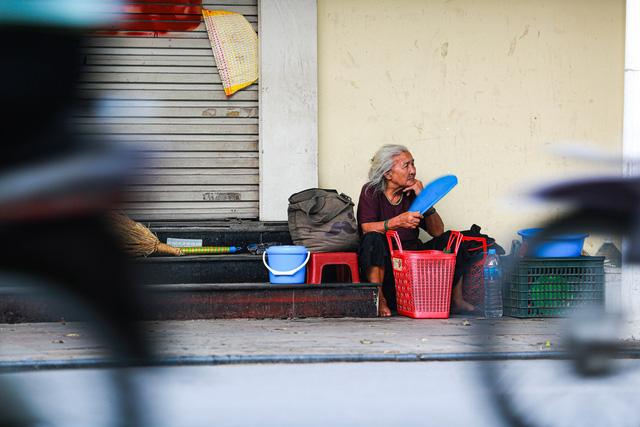 5 thập kỷ gắn bó với vỉa hè Hà Nội của bà cụ 80 tuổi: Chẳng sợ bom rơi thì giờ ngại gì nắng mưa - Ảnh 13.
