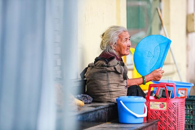 5 thập kỷ gắn bó với vỉa hè Hà Nội của bà cụ 80 tuổi: Chẳng sợ bom rơi thì giờ ngại gì nắng mưa - Ảnh 4.