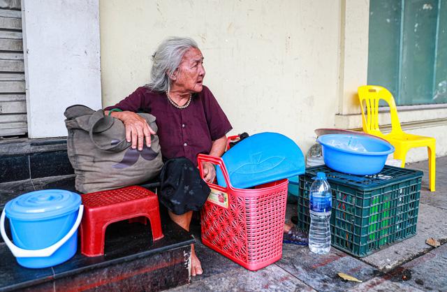 5 thập kỷ gắn bó với vỉa hè Hà Nội của bà cụ 80 tuổi: Chẳng sợ bom rơi thì giờ ngại gì nắng mưa - Ảnh 5.