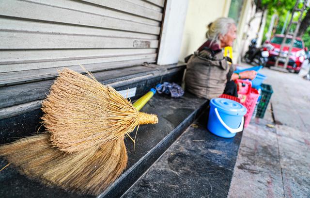 5 thập kỷ gắn bó với vỉa hè Hà Nội của bà cụ 80 tuổi: Chẳng sợ bom rơi thì giờ ngại gì nắng mưa - Ảnh 7.