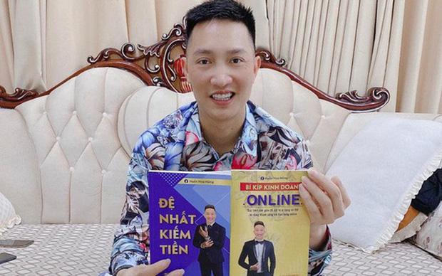 Chân dung Huấn Hoa Hồng: Giang hồ mạng 2 lần đi cai nghiện, thản nhiên ra sách chui và đóng MV quảng cáo cờ bạc trá hình - Ảnh 8.