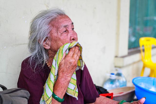 5 thập kỷ gắn bó với vỉa hè Hà Nội của bà cụ 80 tuổi: Chẳng sợ bom rơi thì giờ ngại gì nắng mưa - Ảnh 9.