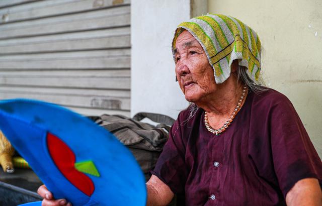 5 thập kỷ gắn bó với vỉa hè Hà Nội của bà cụ 80 tuổi: Chẳng sợ bom rơi thì giờ ngại gì nắng mưa - Ảnh 10.