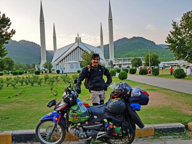 Phượt thủ Đăng Khoa đi khắp thế giới bằng xe máy trong 3 năm vừa về Việt Nam đã đến thẳng khu cách ly ở Hưng Yên - Ảnh 2.