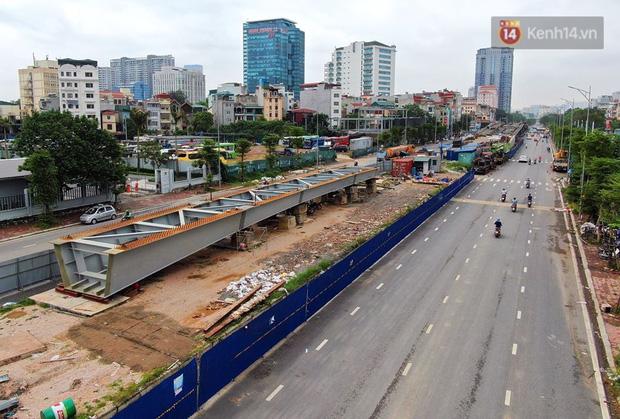 Cận cảnh cầu vượt dầm thép nối liền 3 quận nội thành Hà Nội đang gấp rút thi công - Ảnh 1.