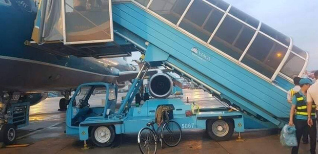 Công an tiếp nhận xác định nguyên nhân nữ hành khách ngã xe thang máy bay ở Tân Sơn Nhất - Ảnh 1.