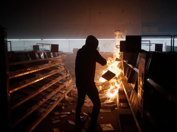 Làm ơn, tôi không có bảo hiểm: Câu chuyện buồn của các chủ cửa hiệu giữa làn sóng biểu tình tại Mỹ - Ảnh 1.