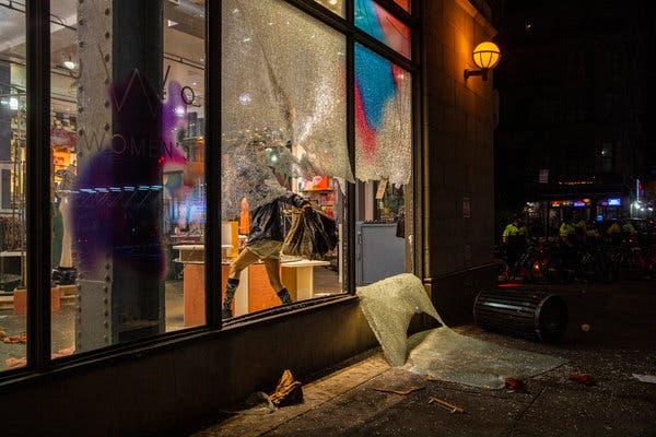 Làm ơn, tôi không có bảo hiểm: Câu chuyện buồn của các chủ cửa hiệu giữa làn sóng biểu tình tại Mỹ - Ảnh 3.