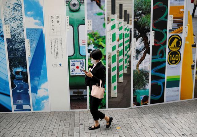 Nhật Bản dự định sẽ cấm dùng điện thoại trong khi đi bộ trên đường - Ảnh 1.