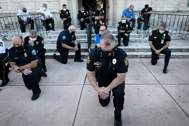 Nhiều cảnh sát Mỹ bất ngờ bỏ dùi cui, quỳ gối đồng hành cùng người biểu tình để tưởng niệm nạn nhân bị cảnh sát chẹt cổ chết - Ảnh 4.