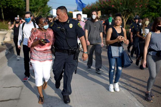Nhiều cảnh sát Mỹ bất ngờ bỏ dùi cui, quỳ gối đồng hành cùng người biểu tình để tưởng niệm nạn nhân bị cảnh sát chẹt cổ chết - Ảnh 5.