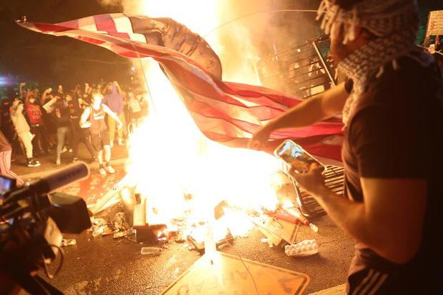 Những bức hình ám ảnh: Sau cái chết của một người đàn ông, cả nước Mỹ bỗng nhiên ngập chìm trong khói lửa và sự phẫn nộ - Ảnh 7.