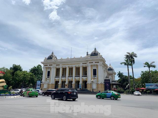 Nắng 50 độ C, đường Hà Nội vắng như chùa bà đanh  - Ảnh 7.