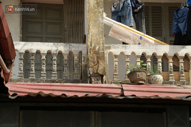 Ảnh: Hãi hùng cảnh khu tập thể xập xệ ở Hà Nội, ngói nằm lơ lửng khiến người dân nơm nớp lo sợ - Ảnh 13.