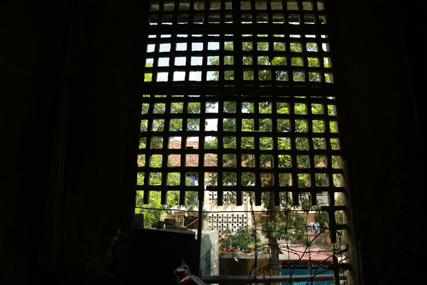 Ảnh: Hãi hùng cảnh khu tập thể xập xệ ở Hà Nội, ngói nằm lơ lửng khiến người dân nơm nớp lo sợ - Ảnh 14.
