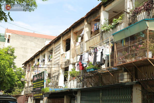 Ảnh: Hãi hùng cảnh khu tập thể xập xệ ở Hà Nội, ngói nằm lơ lửng khiến người dân nơm nớp lo sợ - Ảnh 19.