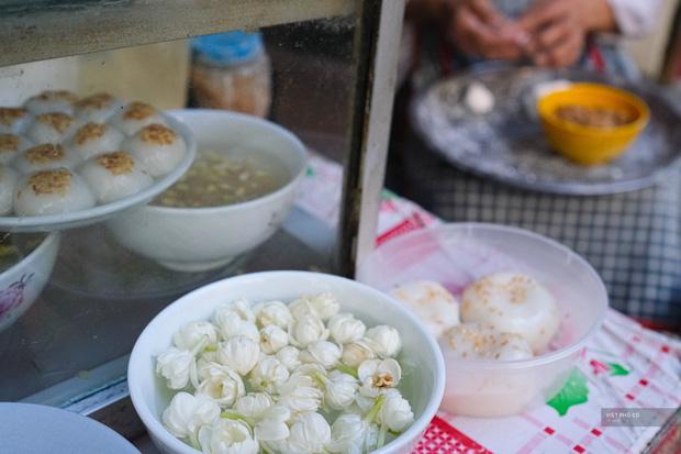 Hàng xôi chè nửa thế kỷ giữa phố Hàng Bạc: Không tên, không biển nhưng người sành ăn thì cứ mải mê tìm đến mãi - Ảnh 2.