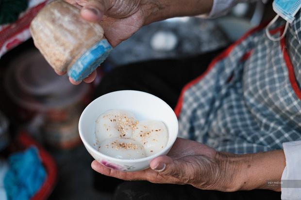 Hàng xôi chè nửa thế kỷ giữa phố Hàng Bạc: Không tên, không biển nhưng người sành ăn thì cứ mải mê tìm đến mãi - Ảnh 12.