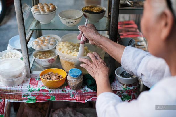 Hàng xôi chè nửa thế kỷ giữa phố Hàng Bạc: Không tên, không biển nhưng người sành ăn thì cứ mải mê tìm đến mãi - Ảnh 3.