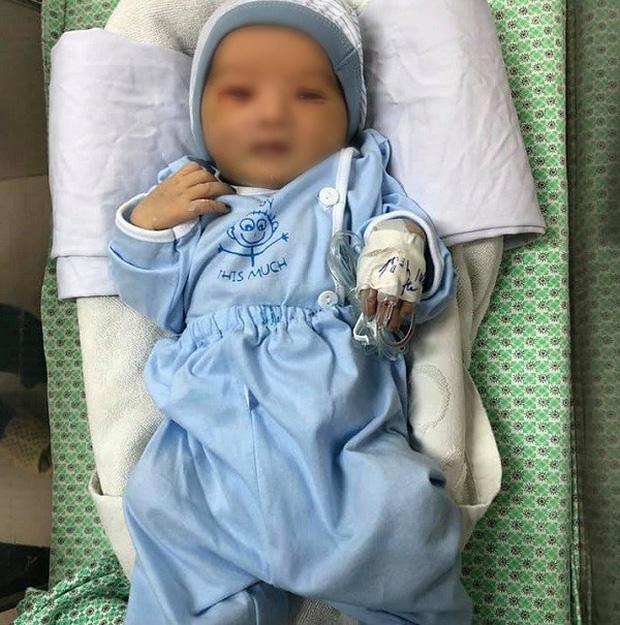Bé trai sơ sinh bị bỏ rơi dưới hố gas đã qua đời - Ảnh 1.