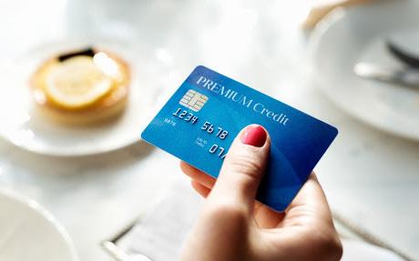 Thẻ tín dụng: Cơ hội chi tiêu hay cái bẫy tài chính của người trẻ?