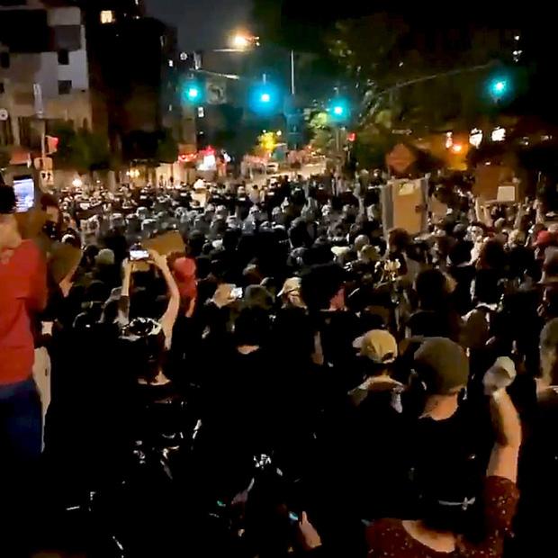 Toàn cảnh nước Mỹ bước vào đêm thứ 8 không ngủ: Làn sóng biểu tình tiếp tục đòi công bằng cho George Floyd và kêu gọi người da đen đáng được sống - Ảnh 14.