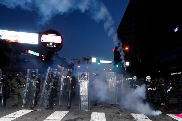 Toàn cảnh nước Mỹ bước vào đêm thứ 8 không ngủ: Làn sóng biểu tình tiếp tục đòi công bằng cho George Floyd và kêu gọi người da đen đáng được sống - Ảnh 29.
