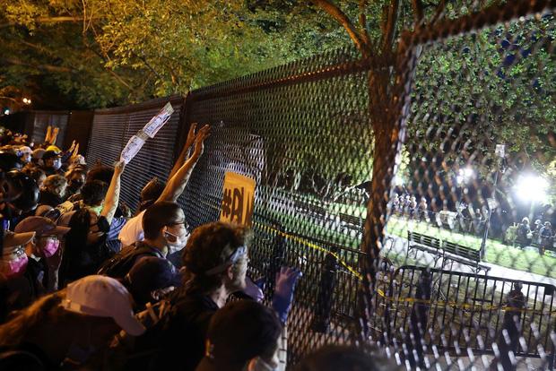 Toàn cảnh nước Mỹ bước vào đêm thứ 8 không ngủ: Làn sóng biểu tình tiếp tục đòi công bằng cho George Floyd và kêu gọi người da đen đáng được sống - Ảnh 7.