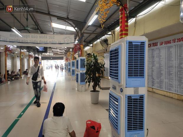 Ảnh: Nắng nóng gần 40 độ C ở Hà Nội, người nhà bệnh nhân vạ vật gần hành lang, dưới bóng cây trong bệnh viện - Ảnh 8.