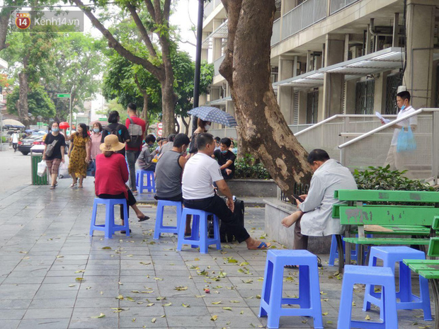Ảnh: Nắng nóng gần 40 độ C ở Hà Nội, người nhà bệnh nhân vạ vật gần hành lang, dưới bóng cây trong bệnh viện - Ảnh 10.