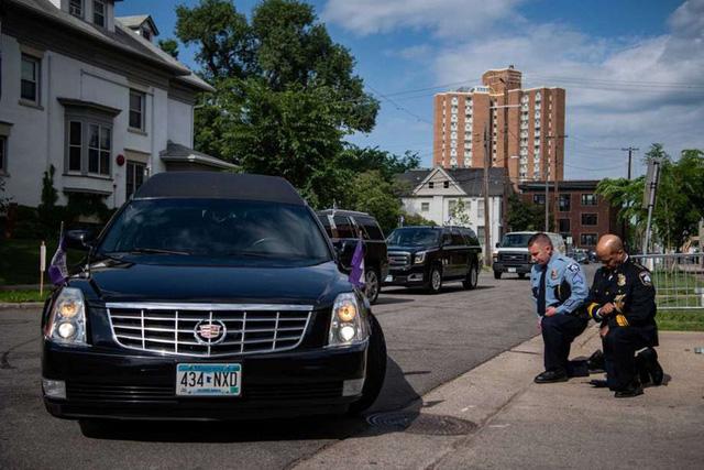 Thị trưởng, cảnh sát trưởng TP Minneapolis quỳ gối trước quan tài ông George Floyd  - Ảnh 2.