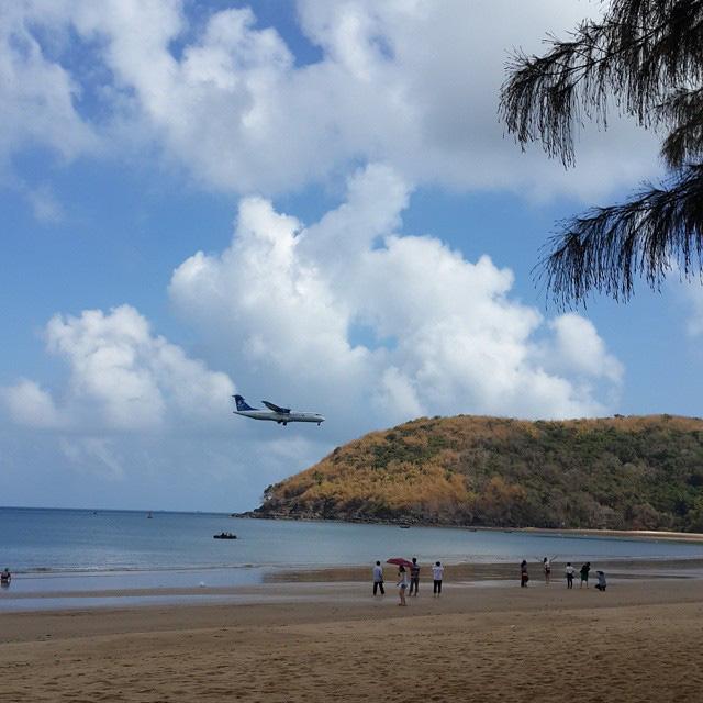 """Một sân bay ở Việt Nam khiến ai cũng """"khiếp vía"""" khi lần đầu nhìn thấy: Phi cơ hạ cánh ngay cạnh nơi du khách... tắm biển? - Ảnh 17."""