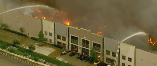 Hỏa hoạn cấp độ 3 xảy ra tại nhà kho của Amazon, gây thiệt hại nặng nề  - Ảnh 1.