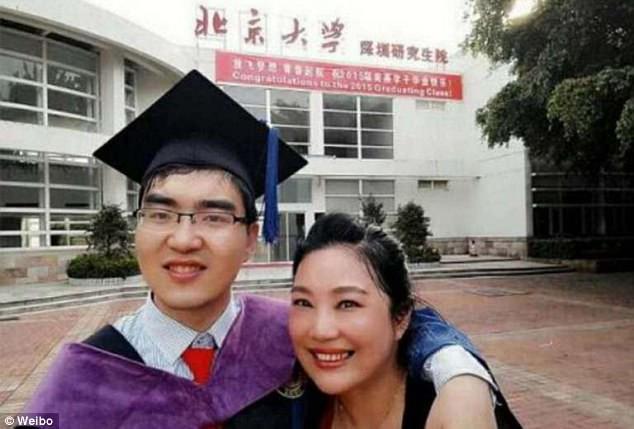 Cảm động câu chuyện chàng trai sinh năm 2000 bại não đỗ ĐH: Mẹ tàn tật, một mình bố quán xuyến lo việc nhà, học cùng con - Ảnh 2.