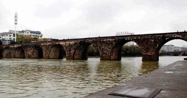 Hàng loạt cây cầu trăm tuổi của TQ đổ sập trong lũ, báo chí nói không chỉ do thiên tai - Ảnh 1.