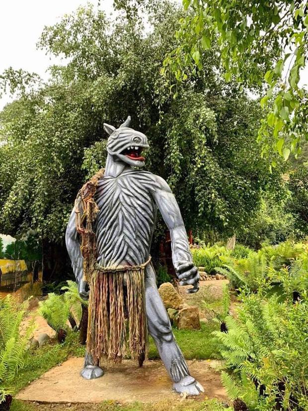 Sau khi bị chê phản cảm, hiện tại khu du lịch Quỷ Núi gần Đà Lạt đã mặc quần áo cho các bức tượng - Ảnh 1.