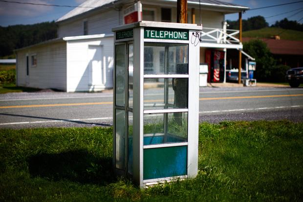 Thị trấn kỳ lạ cấm sử dụng điện thoại di động, cấm luôn cả Wi-Fi, ai vi phạm là bị bế về đồn luôn - Ảnh 7.