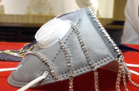 Khẩu trang đính kim cương giá nghìn 'đô' hút khách tại Ấn Độ - Ảnh 2.