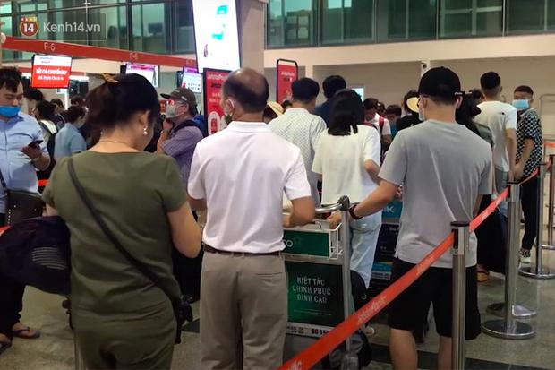 Sửa đường băng ở Nội Bài và TSN: Hành khách kêu trời khi liên tục bị delay, máy bay phải xếp hàng chờ cất cánh - Ảnh 1.