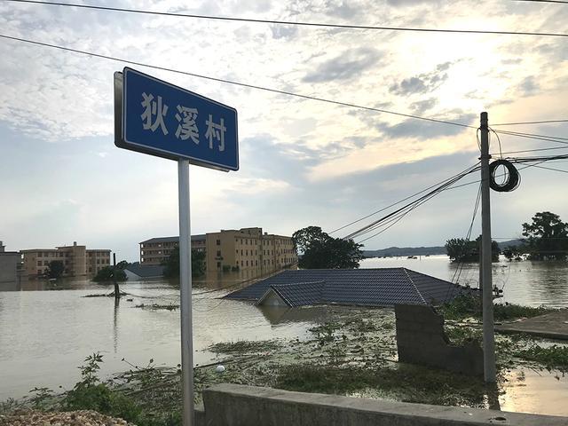 Người TQ run rẩy nhìn nước lũ vây khốn, nhà bị nhổ tận gốc, chỉ còn tâm niệm giữ mạng - Ảnh 2.