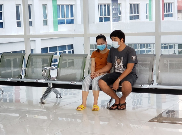 Đang tiến hành phẫu thuật tách dính 2 bé gái song sinh: Bố mẹ con đã khóc, mọi người đều mong các con được bình an - Ảnh 4.