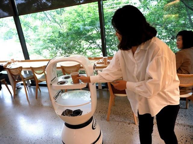 Đầu bếp robot lên ngôi trong mùa dịch COVID-19 - Ảnh 1.