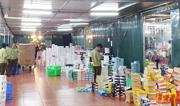 Kho hàng lậu khủng 40 nhân viên chốt đơn livestream: QLTT thuê riêng 34 container đưa hàng niêm phong vào kho - Ảnh 1.