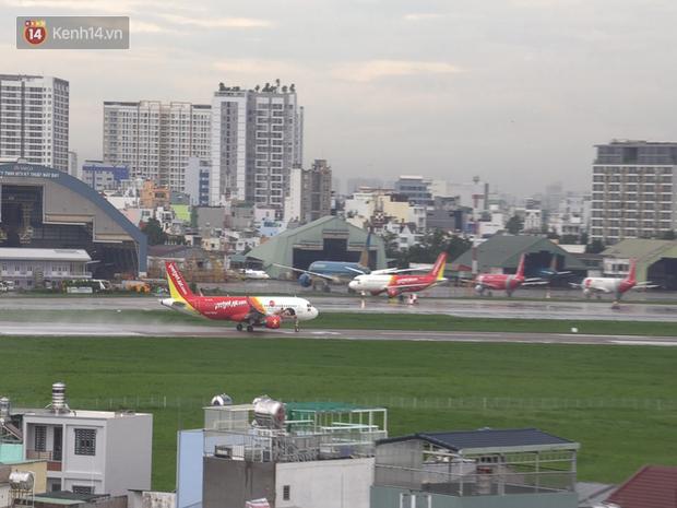 Sửa đường băng ở Nội Bài và TSN: Hành khách kêu trời khi liên tục bị delay, máy bay phải xếp hàng chờ cất cánh - Ảnh 10.