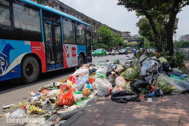 Xe vào bãi rác Nam Sơn bị chặn, phố phường Hà Nội ngập trong biển rác  - Ảnh 1.